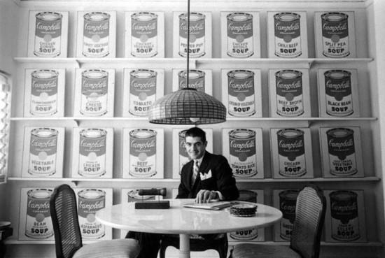 〈캠벨 수프 통조림〉 연작은 LA의 페러스 갤러리(Ferus Gallery)에서 처음으로 열렸다. 사실 당시에는 그다지 큰 반향을 이끌어내지 못했고 팝아트 자체도 인정을 못 받았다고.. 사진 속 인물은 당시 전시를 기획한 페러스 갤러리의 디렉터 어빙 블럼(Irving Blum).