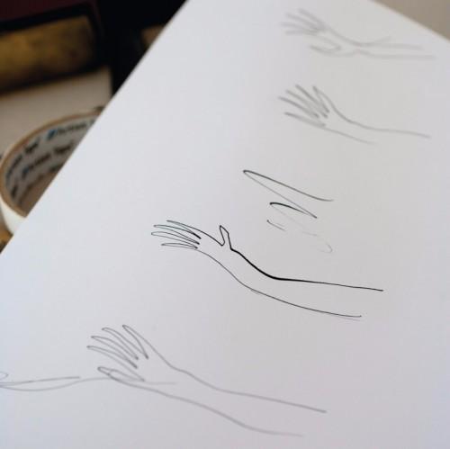 세르주 블로크는 A4 용지에 펜이나 색연필로 슥삭, 빠르게, 가장 마음에 드는 선을 찾을 때까지 계속 그린다고 한다.